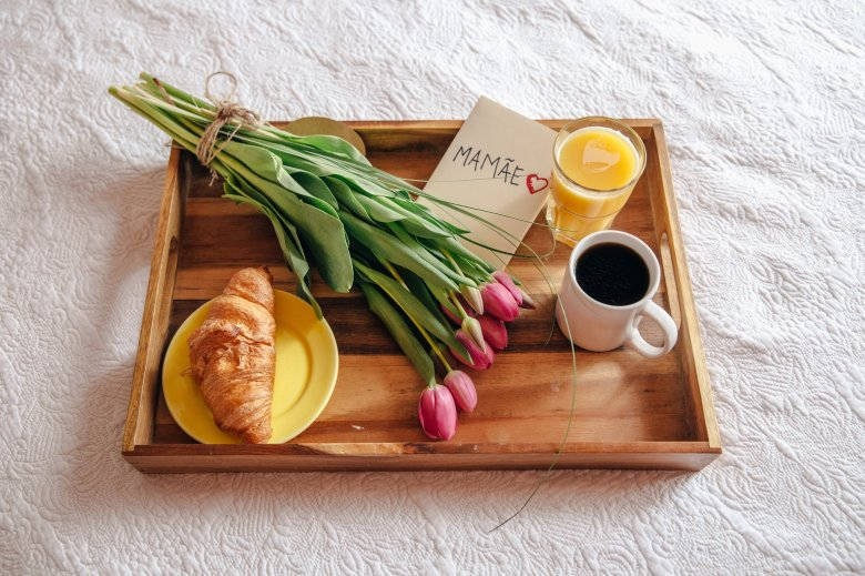 breakfast-in-bed-flowers-for-mother_4460x4460